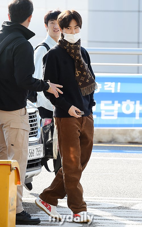 Suho glams it up at the airport ~ Netizen Buzz