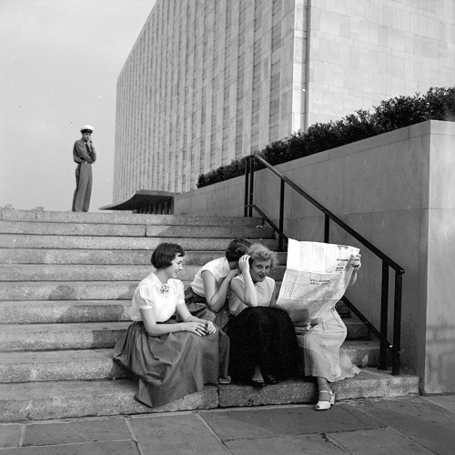 imagenes bellas en blanco y negro, fotos vintage, cool pictures -- fotografa Vivian Maier, Flushing Queens, NY, 1954, Women on Stairs.