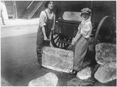 Chicas entregar hielo, 1918 foto blanco y negro
