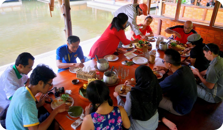 Lidah Di Goyang Pak Asep Stroberi Blog Indonesia Tcash Vaganza 33 Paket 10 Pcs Susu Bear Brand Rumah Makan Nasi Liwet Garut Tasik Jawa Barat