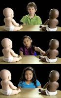 Resultado de imagen de muñecos bebé blanco y negro experimento