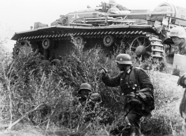 German infantry and a supporting StuG III assault gun during the advance towards Stalingrad, September 1942