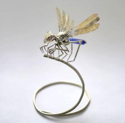 Robot insecto volador hecho con material reciclado