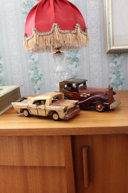 leluautot, puutautot, puuauto, leluauto, pöytälamppu, kukkatapetti