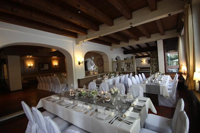 Seehaus - Riessersee - Elegante puristische Hochzeit in Creme und Silbergrau, Mann und Frau, im Riessersee Hotel Garmisch-Partenkirchen, heiraten in Bayern, wedding in grey and ivory in Germany