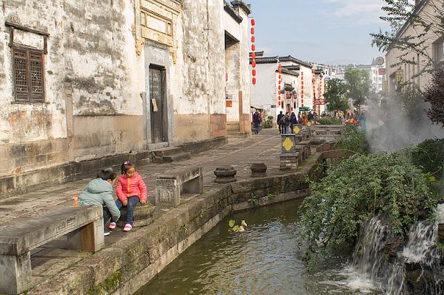 Rivière qui coule le long d'une rue piétonne à Tunxi