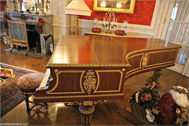 Piano en la Salita de Estar de la Mansión The Elms en Newport