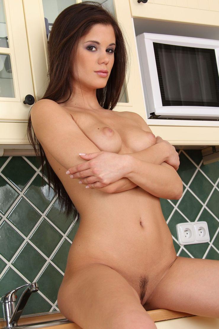 Красивая девушка брюнетка на кухне