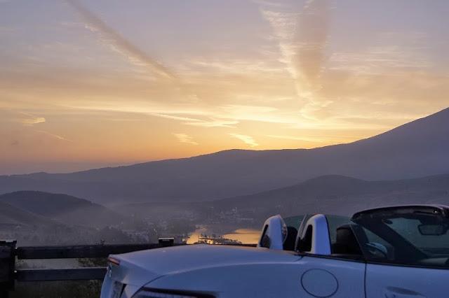 早朝のビーナスラインでSLKから白樺湖を眺める
