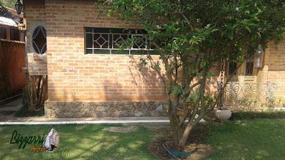 Revestimento com pedras moledo tipo chapas em base de casa com parede de tijolo a vista em condomínio em Atibaia-SP.