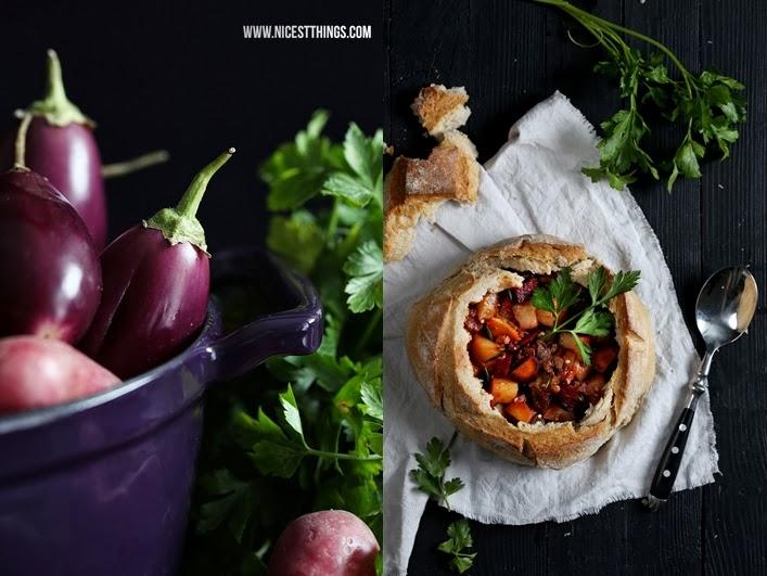 Herbstlicher Eintopf mit Gemüse, Speck und Chorizo im Brot