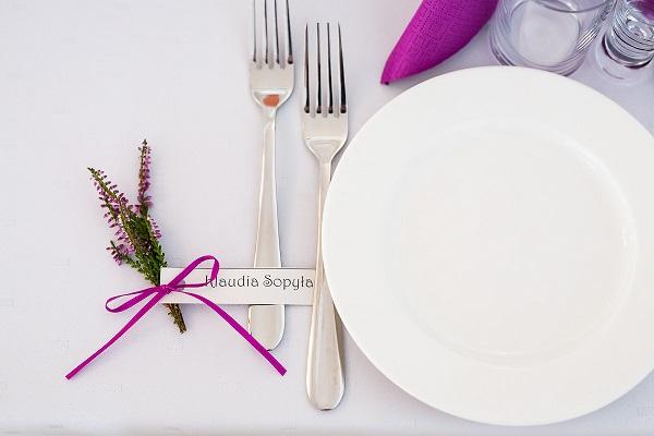 Wrzosowe ozdoby na stole weselnym.