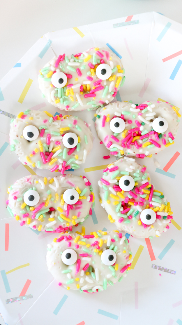 Cute Halloween funfetti pretzel monster snack recipe - How to throw a colorful halloween party with DIY decorations and custom wall art - DIY Party decorations - Halloween decor - craft - Pumpkin Centerpieces - target fall home decor - DIY Wall art