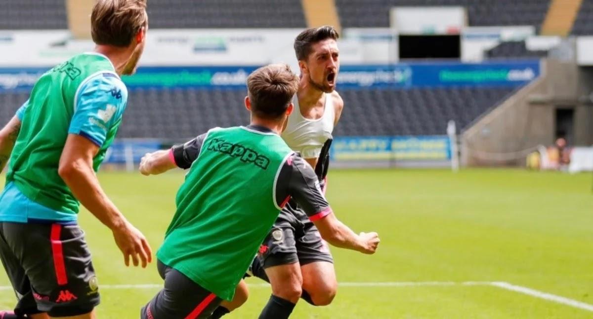 Leeds de Bielsa logró una agónica victoria en Gales y queda cerca del ascenso
