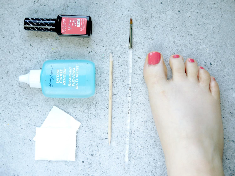 Pedicure na wakacje – gładkie stopy i kolorowy lakier