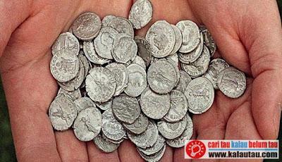 kalautau.com - barang yang lebih praktis sebagai alat penukar yaitu logam mulia (emas dan perak), karena emas dan perak mempunyai ciri-ciri yang diperlukan untuk menjadi uang.