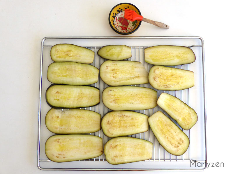 Grillez les tranches d'aubergines au four.