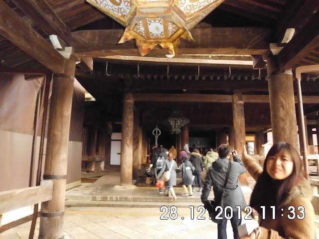 banyak para pengunjung yang berdoa dan berfoto