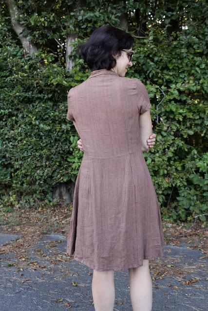 DIY Hemdblusenkleid Dolores von Milchmonster - Leinenkleid selber nähen - Rückseite