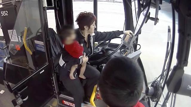 Γυναίκα οδηγός λεωφορείου σώζει μωρό από το δρόμο (βίντεο)