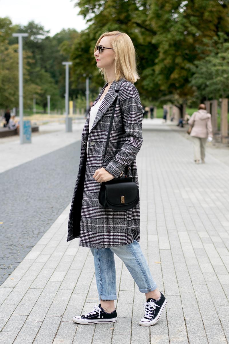 Stylizacja z płaszczem w najmodniejszą kratę sezonu