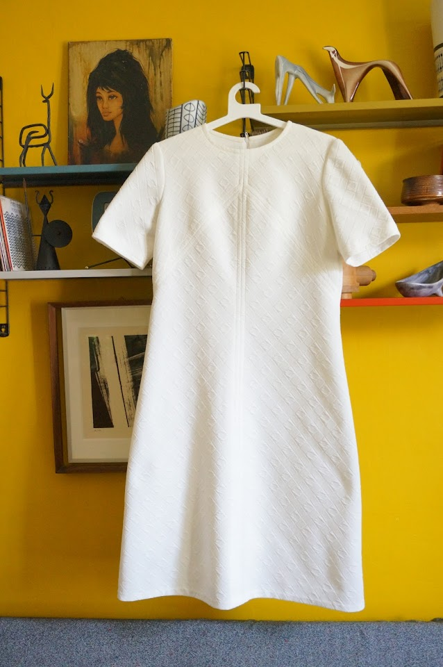 robe des années 60 70 à racourcir  60s 70s white textured double knit dress vintage 1960s 1970s