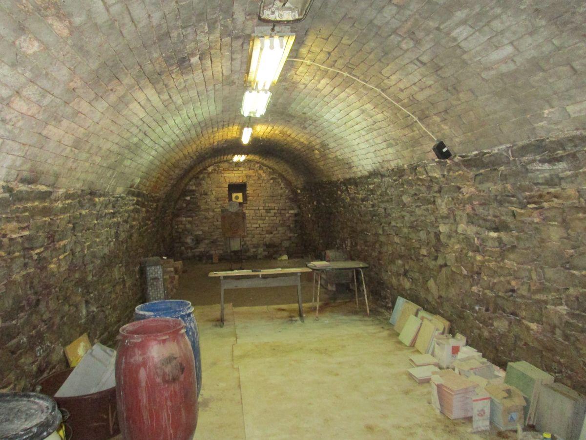 Dr. Angyal az évszázad telephelyét szerzi a cégnek, legalábbis azt állítja arról a régi háborús bunkerről.