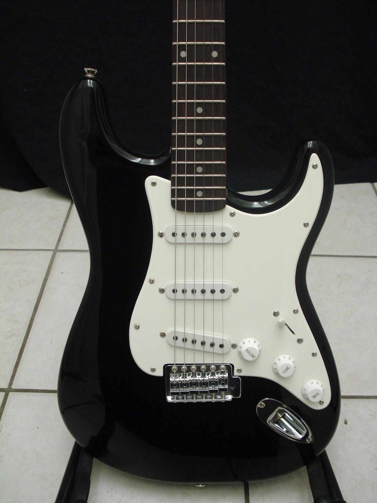 socal gear museum 2000s squier strat by fender electric guitar. Black Bedroom Furniture Sets. Home Design Ideas