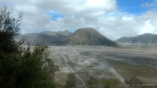 El monte Bromo, casi desde los pies del atajo.