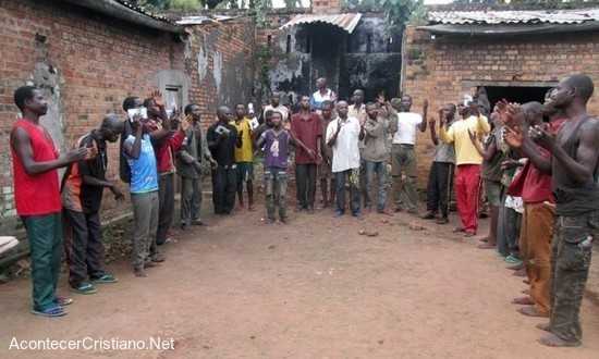 Reclusos aceptan a Cristo en prisión del Congo