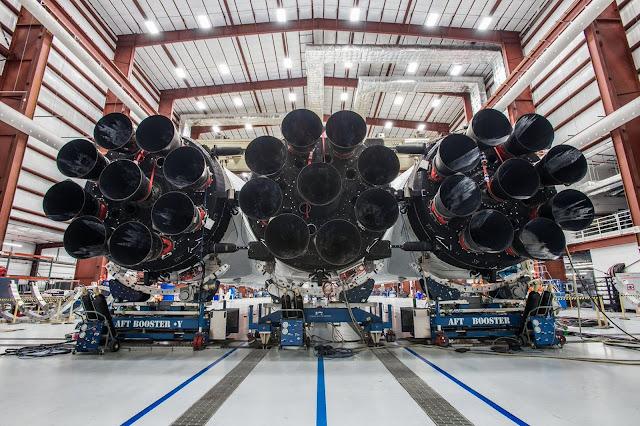 Ba tên lửa đẩy của Falcon Heavy, với 9 động cơ đẩy cho mỗi tên lửa đẩy. Cả ba khởi động đồng thời tạo ra lực đẩy lớn khủng khiếp, khiến nó trở thành tên lửa mạnh mẽ nhất kể từ tên lửa Saturn V của NASA. Hình ảnh: SpaceX.