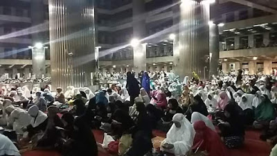 Kaum Wanita Padati Masjid Istiqlal. Ini Foto-Fotonya!