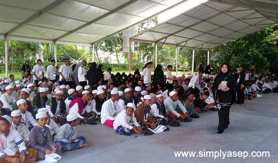 LUBER : GOR Pangsuma Pontianak sudah tidak mampu lagi menampung semakin banyaknya para peserta yang hadir. Mereka ditempatkan di bagian luar yang sudah dilengkapi dengan fasilitas yang memadai. Ada layar lebar di depannya. Foto Asep Haryono