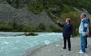 Канцлер Германии гуляет по Кыргызстану (фото)
