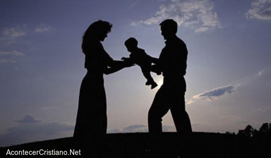 Pareja un hombre y una mujer con su bebé