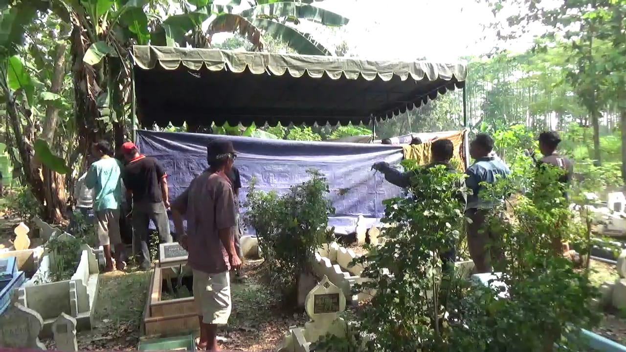 BONGKAR: Makam Siti yang dibongkar petugas Sat Reskrim Polrestabes Medan bersama tim medis dari RS Bhayangkara.