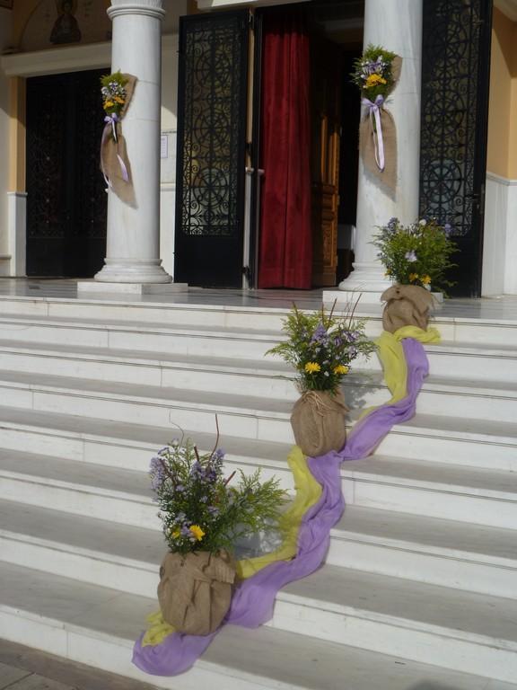499a512d20f1 Στα σκαλιά της εκκλησίας τοποθετήσαμε συνθέσεις λουλουδιών σε μεγάλα βάζα  ντυμένα με λινάτσα