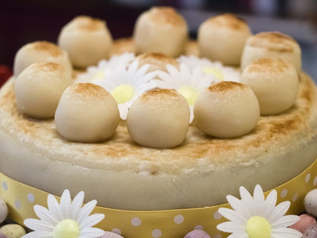 Simnel cake aux boules de pâte d'amandes, marguerites