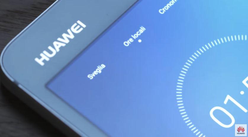 Modello e modella Huawei MediaPad M3 pubblicità con oggetti animati con Foto - Testimonial Spot Pubblicitario Huawei MediaPad M3 2016