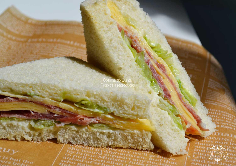 Sanduíche de salame e queijo prato no pão de forma sem casca.