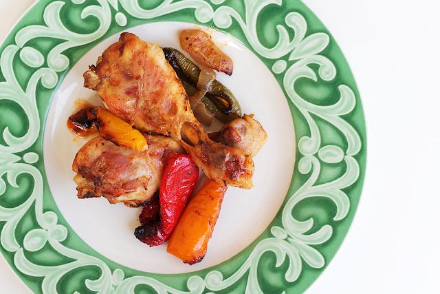 Μπουτάκια Κοτόπουλου στο φούρνο με Πιπεριές