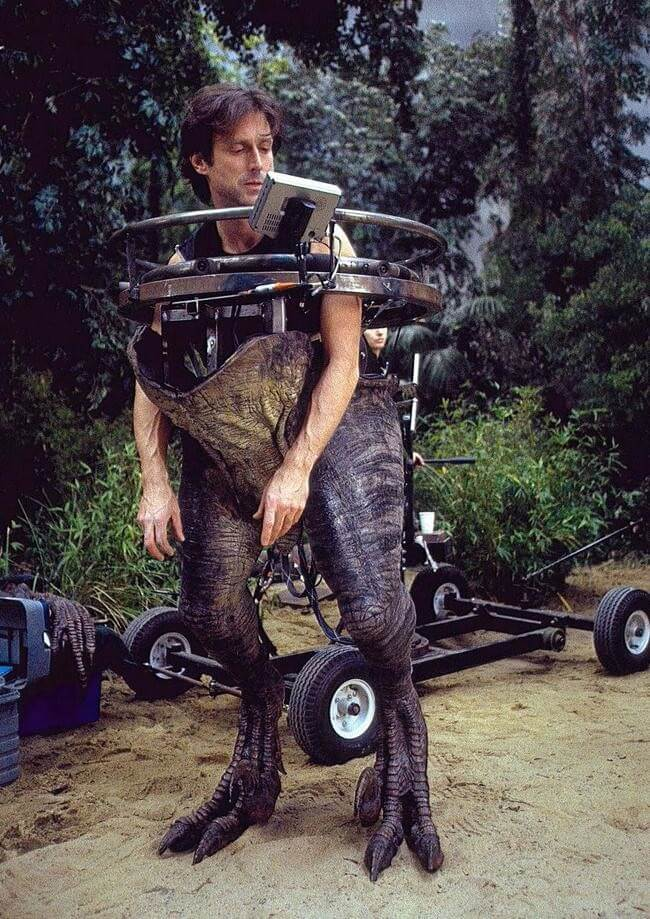 60 Iconic Behind-The-Scenes Pictures Of Actors That Underline The Difference Between Movies And Reality - Jurassic Park III just got real.