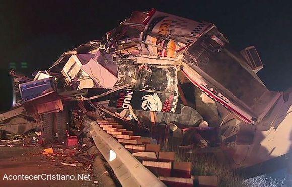 Carro de comida destruido tras impacto de camión
