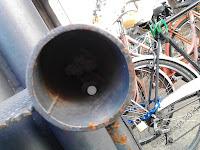Siringhe fotografate nel parcheggio delle biciclette davanti alla stazione di Bergamo