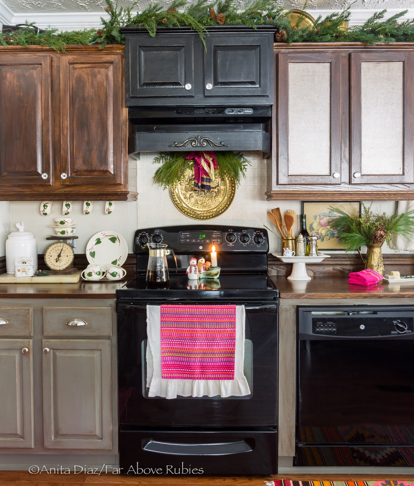 Far Rubies Christmas dining room and kitchen pics that didn
