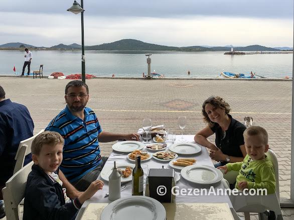 Cunda sahilin en eski restaurantı Bay Nihat'ta ailecek yemekte, Ayvalık