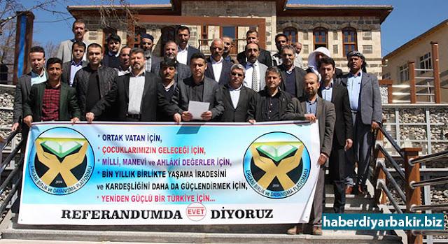 DİYARBAKIR-Ergani'de 24 Sivil Toplum Kuruluşunun bir araya gelerek oluşturduğu Ergani Birlik ve Dayanışma Platformu, düzenledikleri basın açıklamasıyla referandumda 'evet' oyu vereceklerini açıkladı.