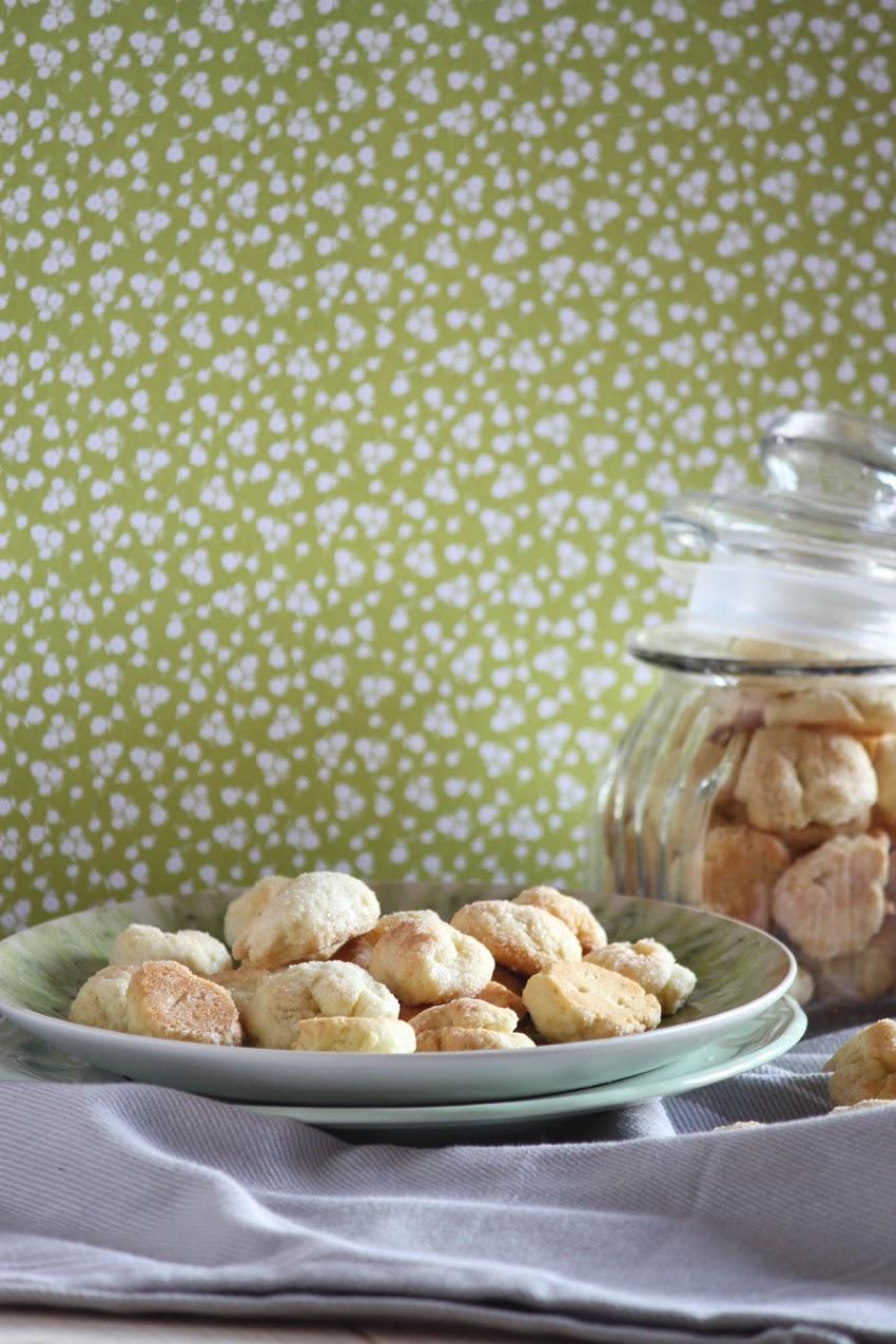 Szybkie ciasteczka do kawy lub herbaty, przygotowanie ich zajmuje mało czasu. To najłatwiejsze ciasteczka jakie da się upiec.