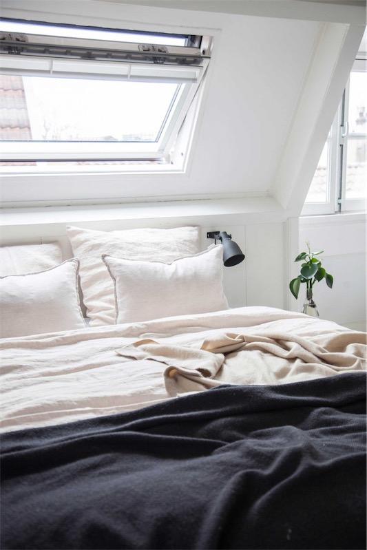 attrezos cama gris y blanco chicanddeco