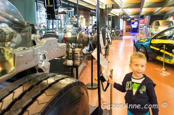 oğlum düğmeye basıp traktör motoru çalıştırırken, Rahmi Koç müzesi İstanbul